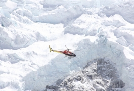 Helicopter-flying-near-Nuptse